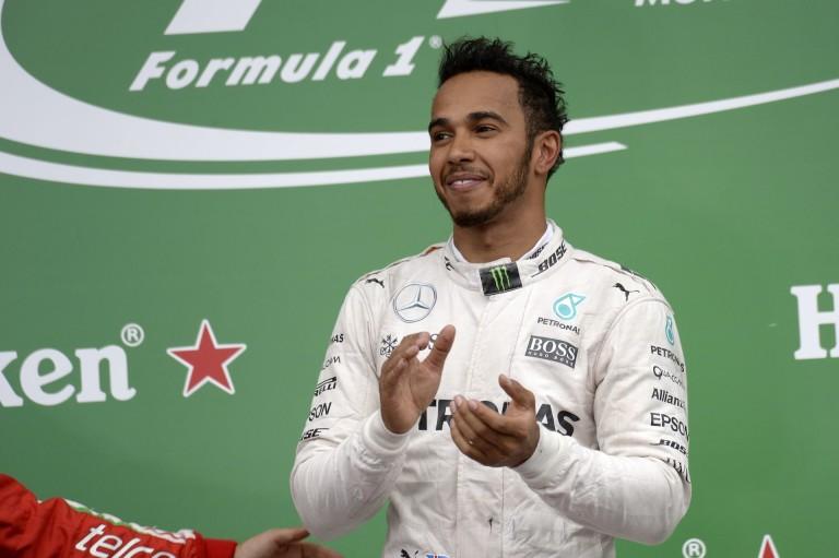 Hamilton nagyon lazára vette a figurát: óriási brit zászlóval ment be a sajtóterembe