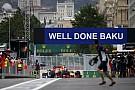 Felülnézetből az átfestett új F1-es bokszkijárat Azerbajdzsánból