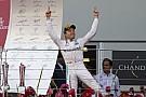 Rosberg már úton hazafelé - a győztes kupája persze szorosan mellette utazik!