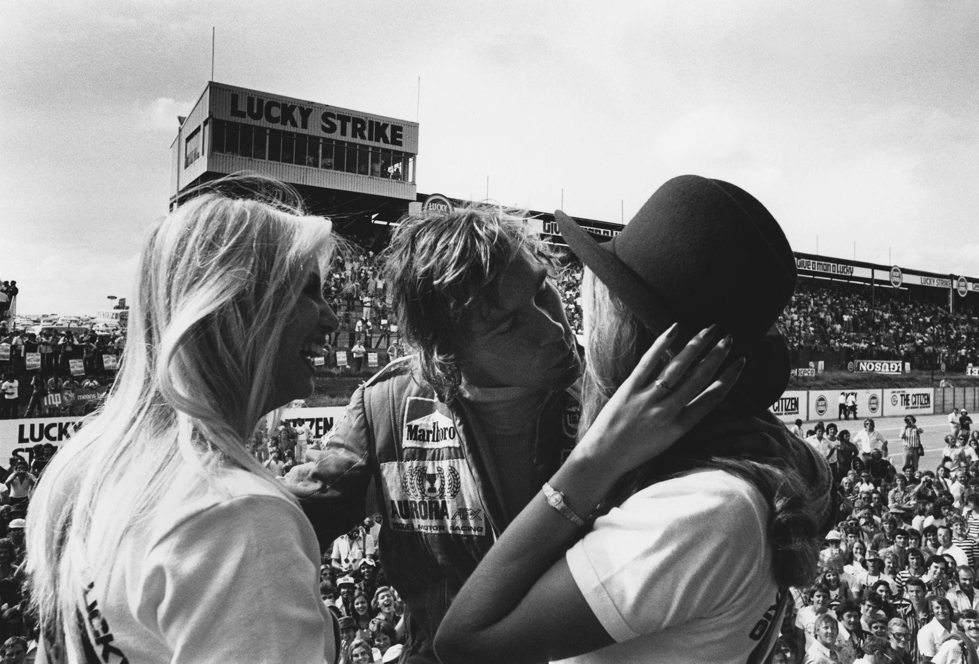 Amikor még brutálisan laza volt az F1: félmeztelenül a paddockban