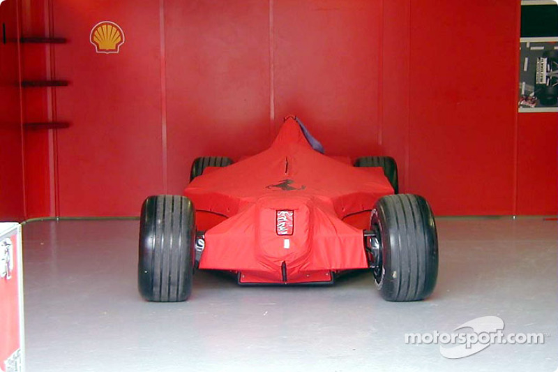 Ferrari en el garage