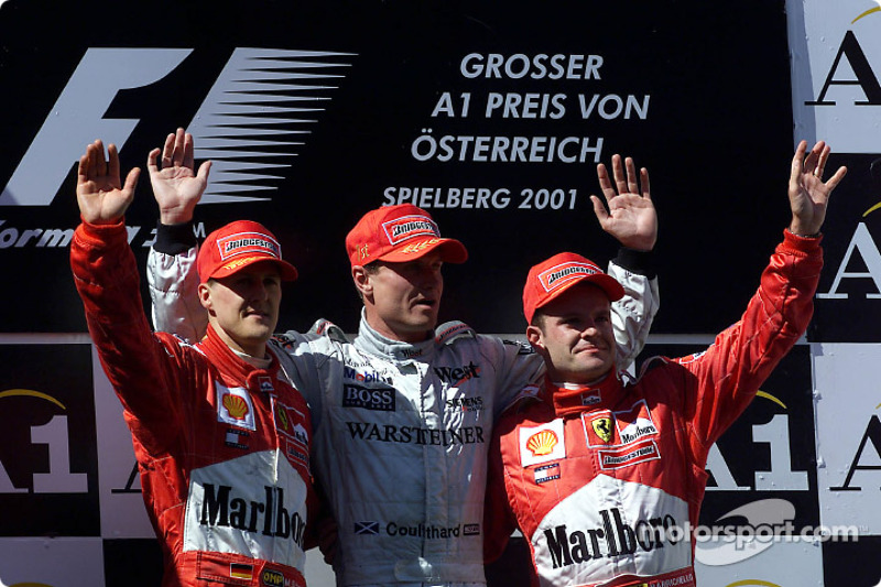 El podio: Michael Schumacher, David Coulthard y un descontento Rubens Barrichello