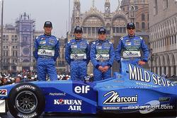 Mark Webber, Giancarlo Fisichella, Fernando Alonso, y Jenson Button con el nuevo B201