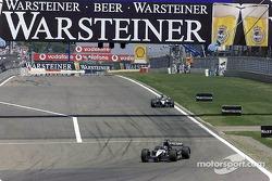 Aan de achterkant: Fernando Alonso en Tarso Marques