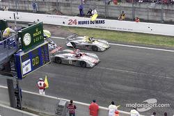 Audi celebra el 1-2 en Le Mans: Emanuele Pirro en el Infineon Audi R8 (#1) cruza la meta delante de Laurent Aiello (#2)
