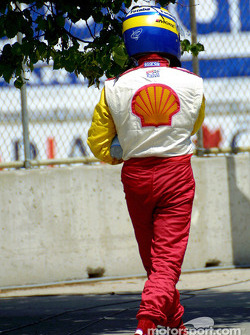 Kenny Brack walking back to the pits