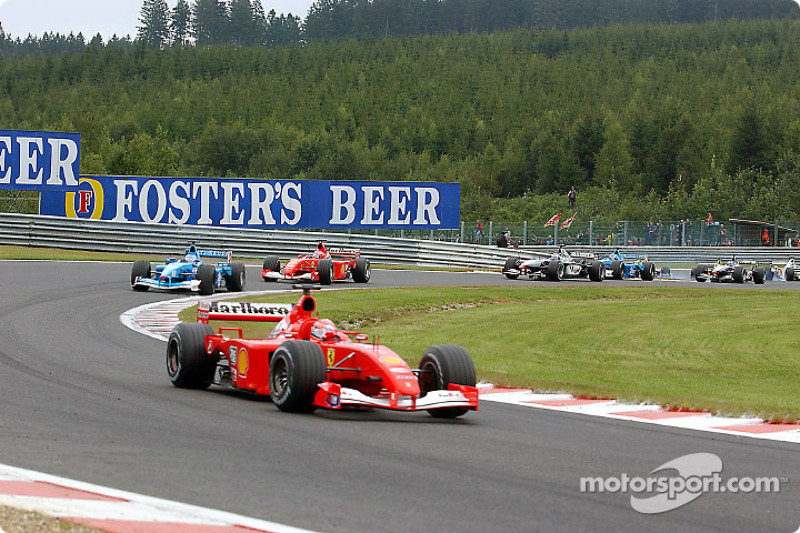 Segunda arrancada: Michael Schumacher liderando a Giancarlo Fisichella y Rubens Barrichello