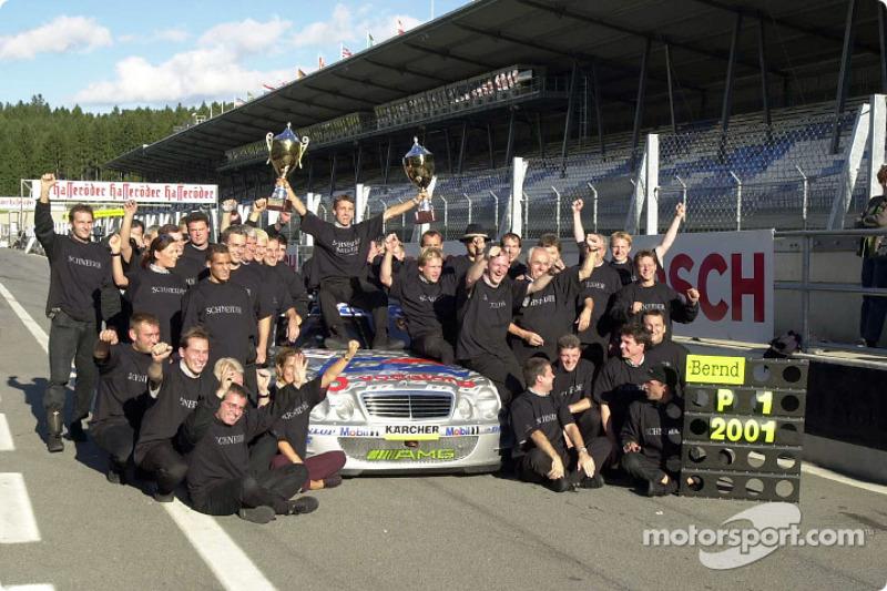 2001: el equipo AMG celebra el campeonato