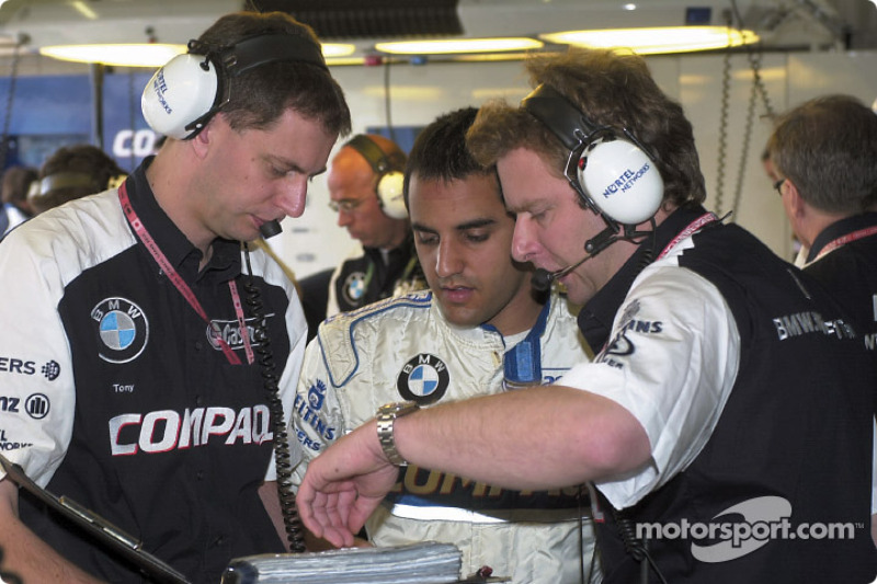 Juan Pablo Montoya discussing with his engineers