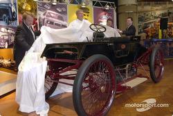 Edsel B. Ford II, Dale Jarrett (Champion 1999 de NASCAR Winston Cup), John Force (10 fois champions de NHRA Funny Car), et Steve Hamp (Directeur du musée Henry Ford) dévoilent la version restaurée de la  Ford Sweepstakes de 1901