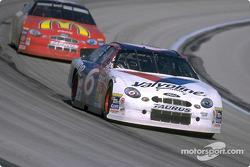 El piloto del Valvoline Ford, Mark Martin ayudó a Ford a ganar el Campeonato de Fabricantes de NASCAR en 1999 con dos victorias