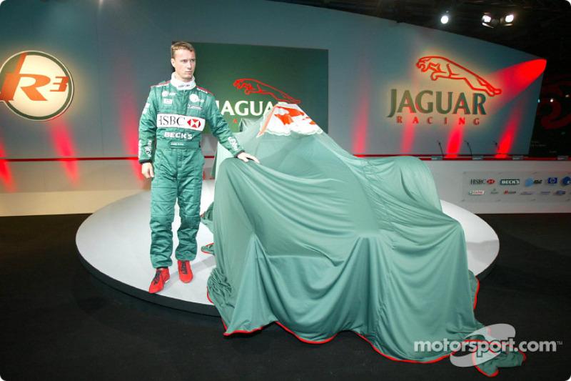 Eddie Irvine lors de la présentation de la Jaguar R3