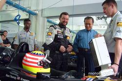 Alex Yoong y Paul Stoddart con el vice Primer Ministro de Malasia, Dato' Seri Dr Abdullah Ahmad Bada