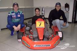 Nick Heidfeld et Felipe Massa remettent des trophées aux vainqueurs de la compétition karting