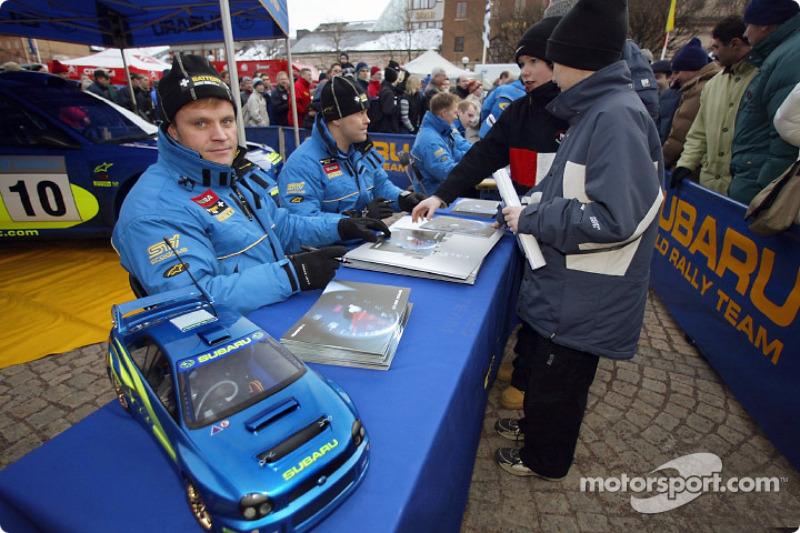 Tommi Makinen, Kaj Lindstrom, Petter Solberg et Phil Mills lors d'une séance d'autographes en Suède