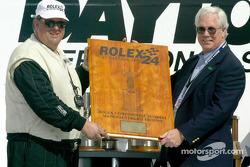 Le propriétaire du Doran Lista Racing, Kevin Doran, reçoit le trophée des constructeurs des mais du président du Grand-Am, Roger Edmondson