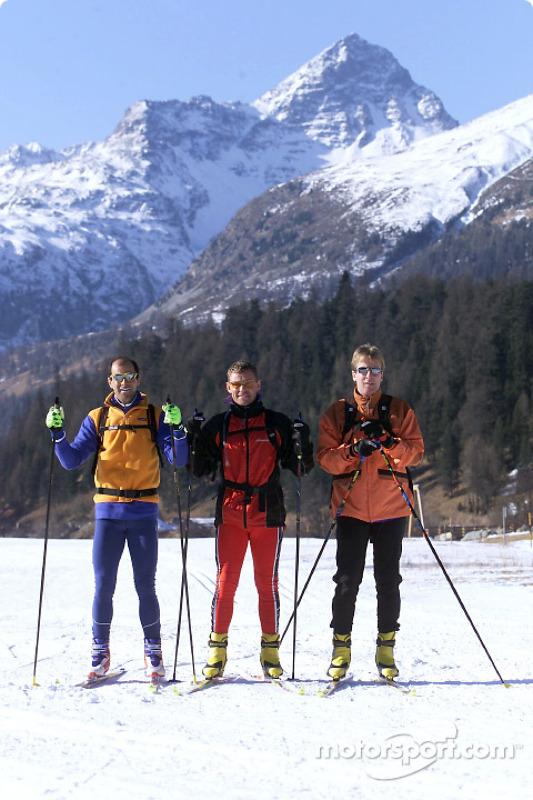 Les pilotes d'usine Audi Emanuele Pirro, Tom Kristensen et Frank Biela font du ski-cross à St.Moritz