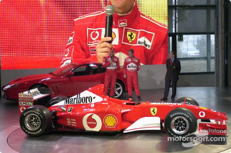 Michael Schumacher y Rubens Barrichello con el nuevo Ferrari F2002