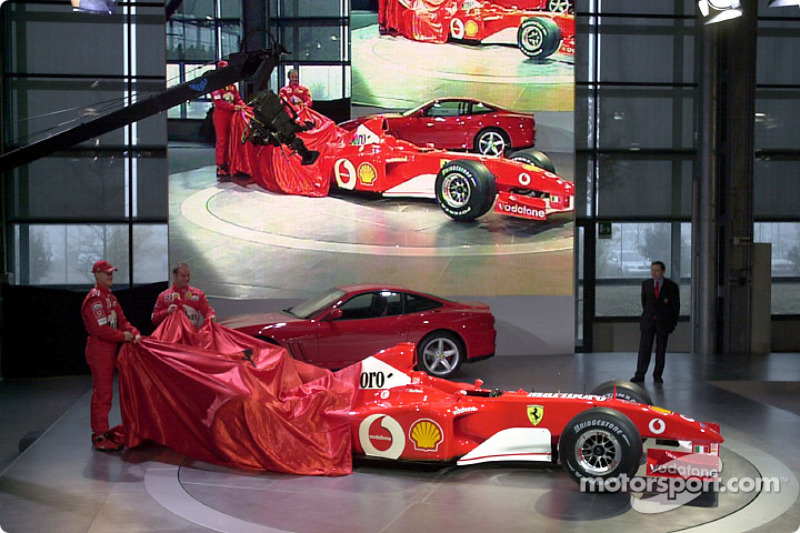 Michael Schumacher y Rubens Barrichello presentando el nuevo Ferrari F2002