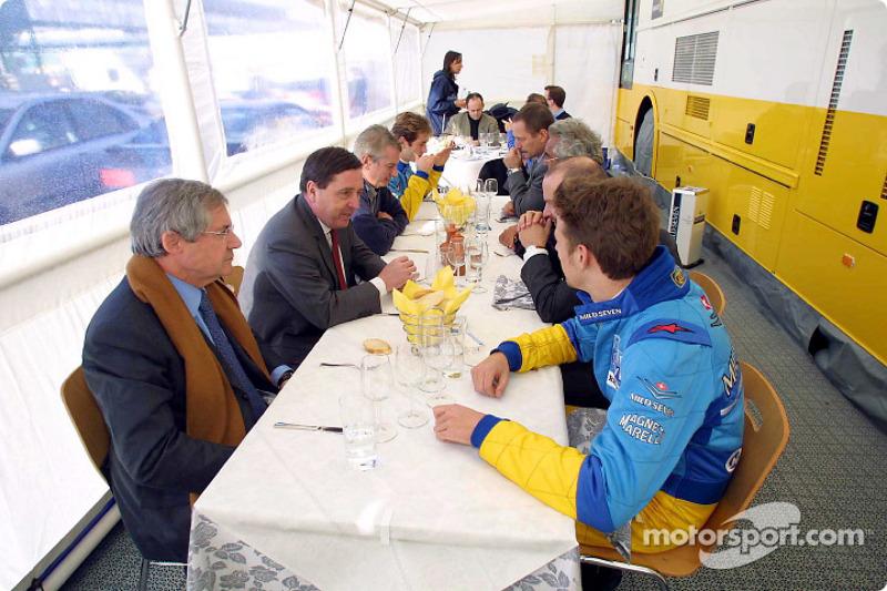 Lunch break for Jarno Trulli, Jenson Button and the team