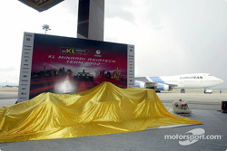 yeni Minardi Asiatech PS02 about to be unveiled, airport runway