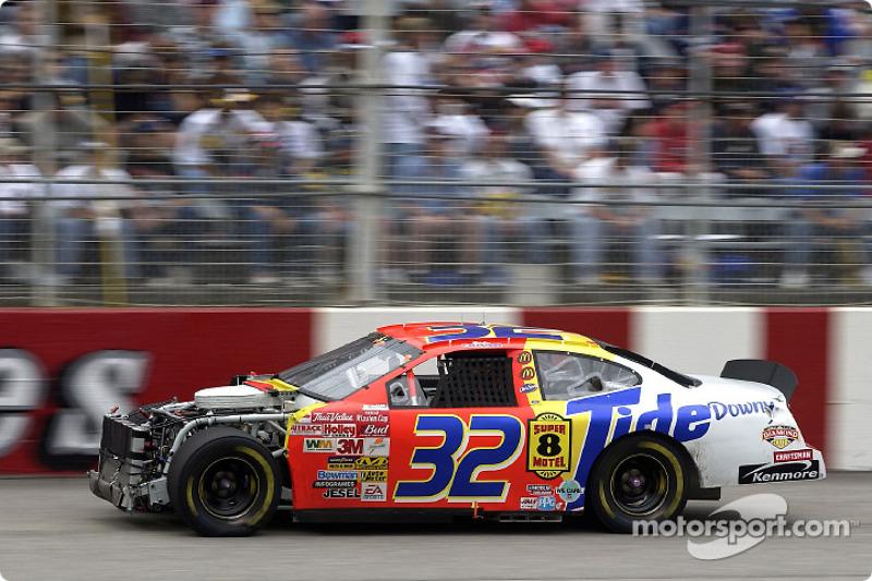 Ricky Craven, le poleman, a été impliqué dans un accident en course et a repris la piste après les réparations sur sa Ford Taurus