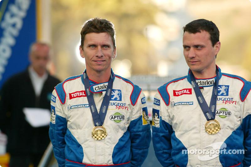 El ganador Gilles Panizzi y su copiloto y hermano Hervé