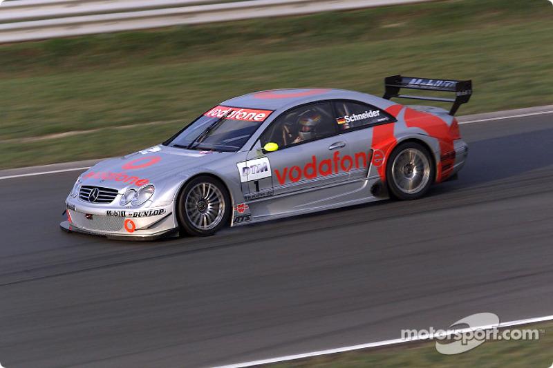 Bernd Schneider conduciendo el Mercedes-Benz CLK-DTM 2002, inscrito por el equipo Vodafone AMG-Mercedes