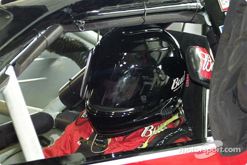 Dale Earnhardt Jr. con un casco completo