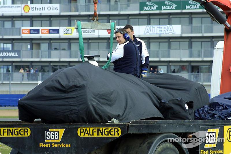 Los restos del Williams tras el accidente de Marc Gene