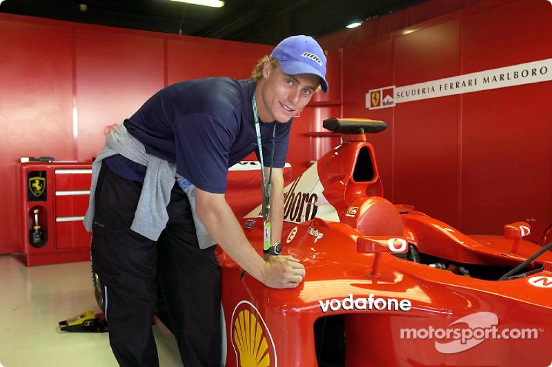 El campeón australiano de tenis, Lleyton Hewitt firmando el Ferrari
