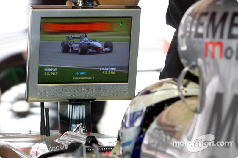 Kimi Raikkonen viendo a David Coulthard