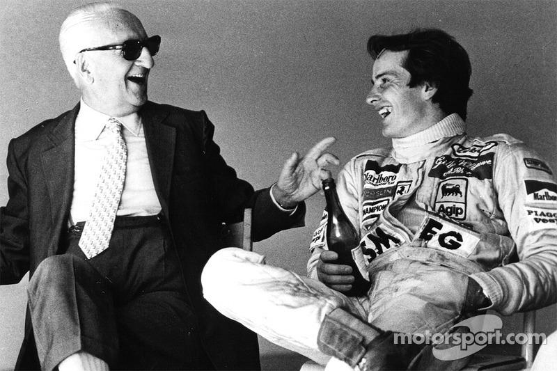 Enzo Ferrari et son fils spirituel Gilles Villeneuve partagent une bouteille de Lambrusco après une séance d'essais