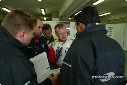 Jan Magnussen discute avec ses ingénieurs