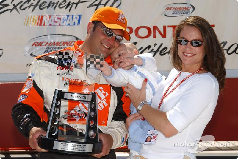 Nan Zipadelli (derecha) se detiene en el círculo de ganadores con su hijo Zachary y su esposo Greg l
