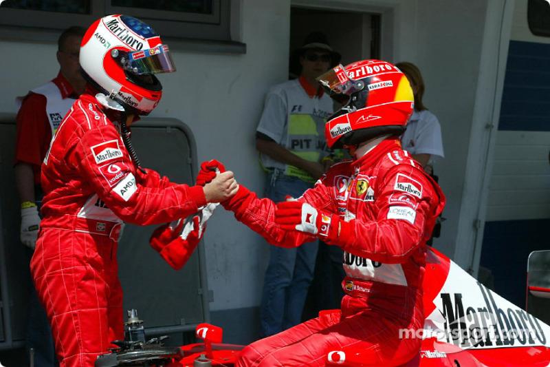 Michael Schumacher felicitando a Rubens Barrichello