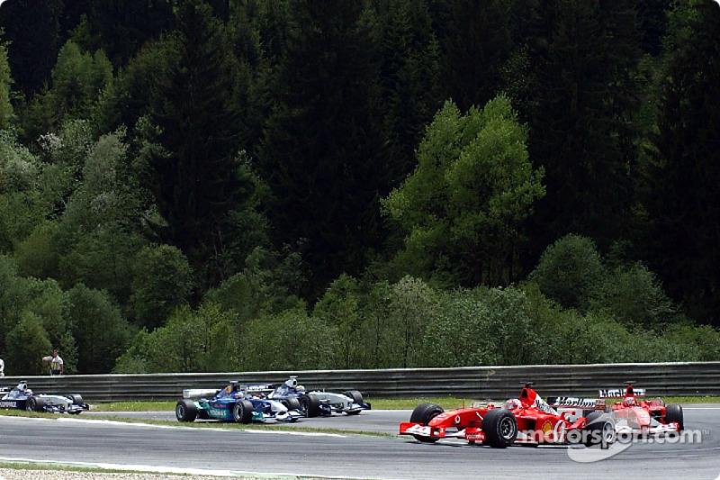 Tercera curva: Rubens Barrichello delante de Michael Schumacher