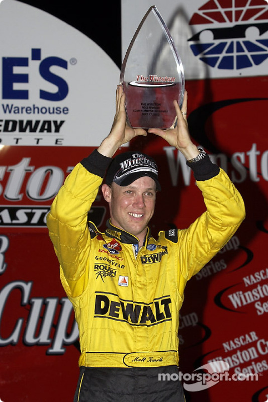 Matt Kenseth con el trofeo tras ganar la pole en The Winston
