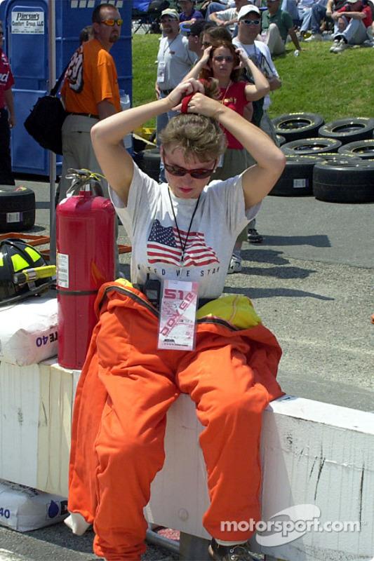 Un miembro del equipo de seguridad preparándose