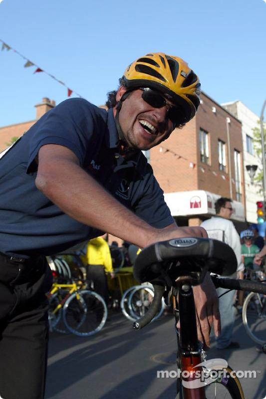 El gerente del quipo Sauber, Beat Zehnder participando en la competencia ciclista de celebridades; terminó tercero