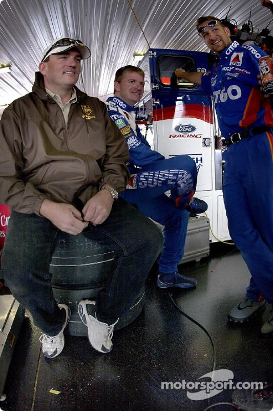 Todd Parrott charla con Jeff Burton y el miembro del equipo Roush Racing, Mark Armstrong