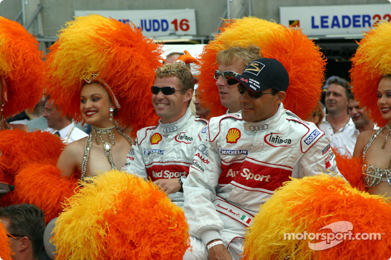 Tom Kristensen, Frank Biela and Emanuele Pirro con las chicas Moulin Rouge