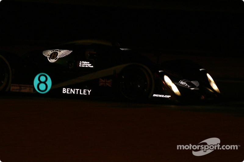 2002 год. Экипаж Энди Уоллеса, Эрика ван де Пуле и Бутча Леицингера, Bentley EXP Speed 8