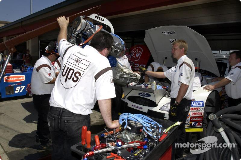El equipo de Robert Yates Racing trabaja para instalar el nuevo motor en el UPS Ford Taurus de Dale