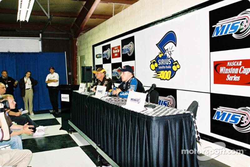 Conferencia de prensa después de la carrera con Dale Jarrett y Ryan Newman
