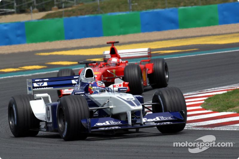 Juan Pablo Montoya y Michael Schumacher batallando