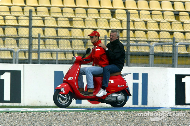 Michael Schumacher y el manager Willi Webber