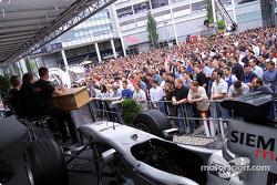David Coulthard y Kimi Raikkonen visitando a sus colegas de Mercedes-Benz en la fábrica en Sindelfin