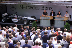 David Coulthard and Kimi Raikkonen visiting their Mercedes-Benz colleagues in the factory at Sindelfingen