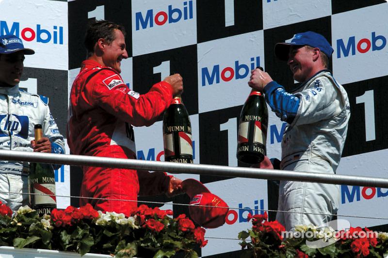 El podio: champaña para Michael Schumacher, Juan Pablo Montoya y Ralf Schumacher